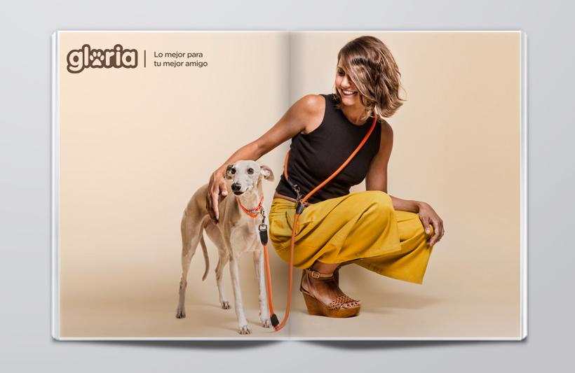 Modelo posando con perro para gloria pets